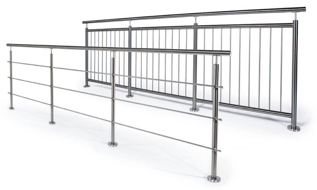 Ruostumattomasta teräksestä valmistetut kaiteet, joissa on joko vaakasuorat tai pystysuorat tangot.